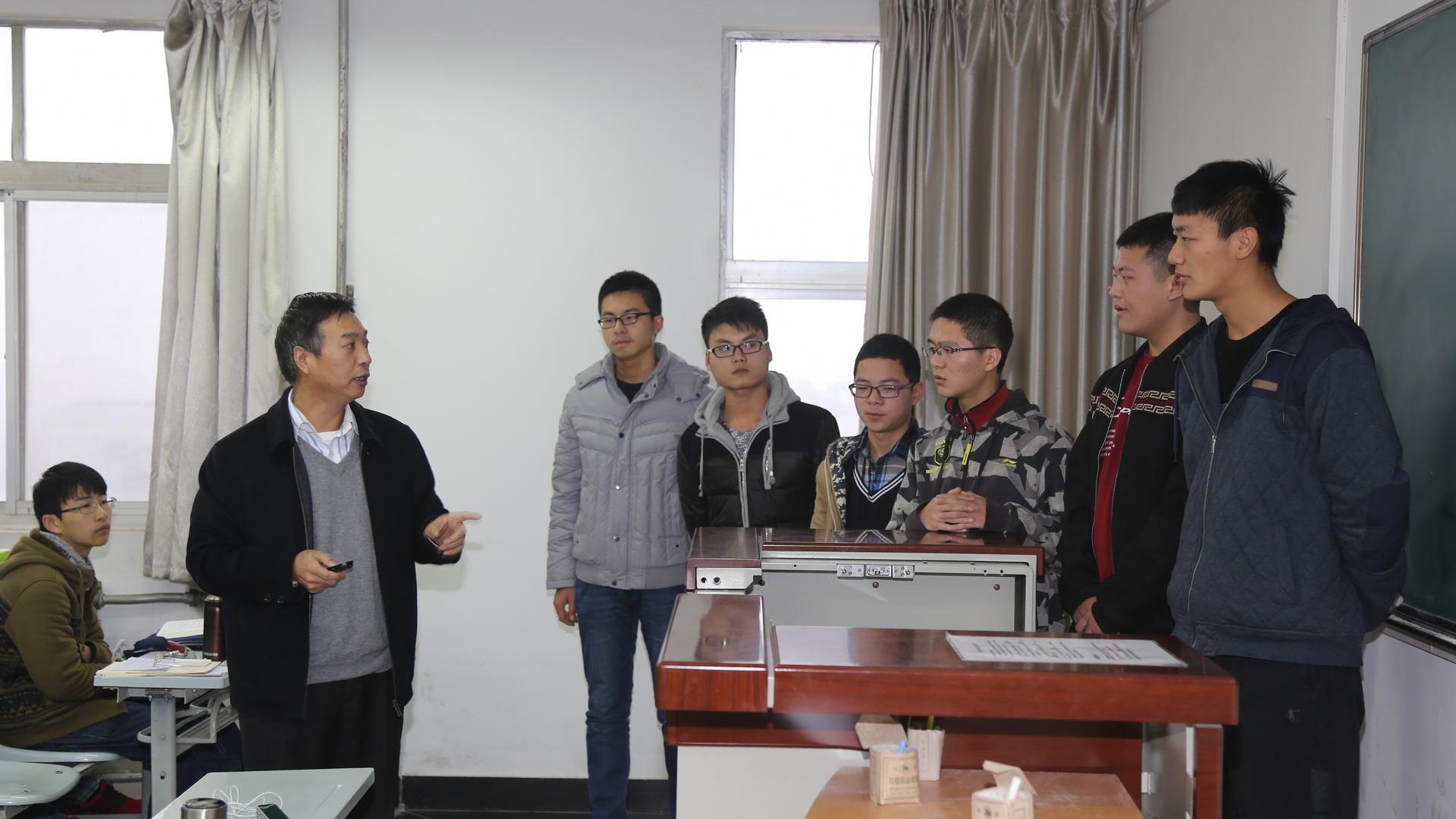 张林生老师对学生汇报进行细致点评图片